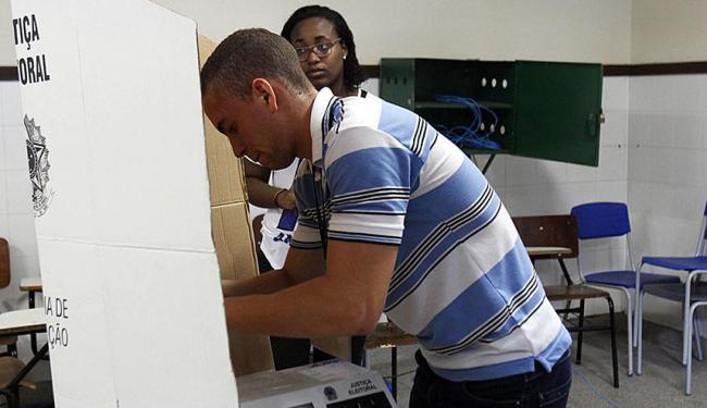Técnico do TRE substitui urna quebrada no Colégio Duque de Caxias, na Liberdade - Foto: Lúcio Távora | Ag. A TARDE