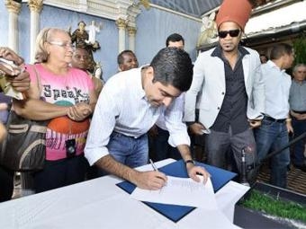 Assinatura da ordem de serviço, que aconteceu no Candeal, contou com a presença de Carlinhos Brown - Foto: Max Haack l Agecom