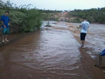 Alunos não conseguem atravessar barragem para chegar à escola - Foto: Reprodução | Brumado Notícias