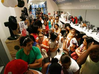 A sexta-feira de descontos atraiu muita gente às lojas de Salvador - Foto: Raul Spinassé   Ag. A TARDE