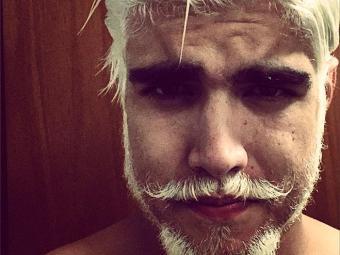 Ator aparece de barba cabelo e bigode loiros para despedida de solteiro - Foto: Reprodução | Instagram