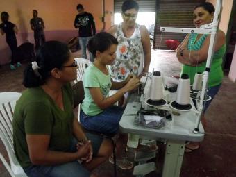 Grupo envolvido em atividades de corte e costura na região sul: projeto da Uesc prevê aprimoramento - Foto: Divulgação