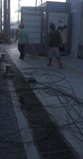 Os fios atrapalham quem passa pelo passeio - Foto: Foto: Cidadão Repórter