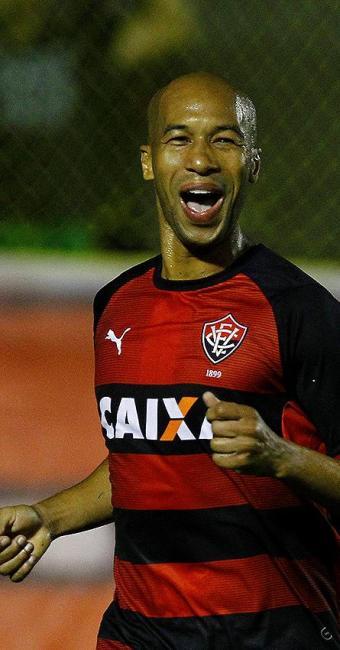 Dinei comemora um dos nove gols que marcou neste Brasileirão - Foto: Eduardo Martins | Ag. A TARDE