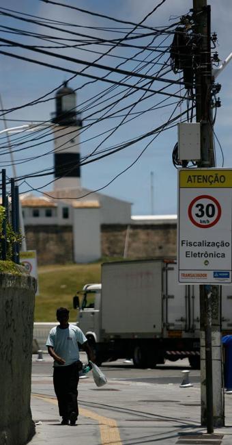 Ao contrário da orla, que ganhou fiação subterrânea, ruas internas estão como antes - Foto: Raul Spinassé | Ag. A TARDE | 04.11.2014
