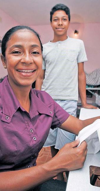 A fisioterapeuta Carla da Silva também costura, faz impressão de camisas e doces para sustentar a ca - Foto: Joá Souza | Ag. A TARDE