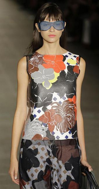 A modelo veste a criação de Alexandre Herchcovitch - Foto: Nelson Antoine | AP Photo