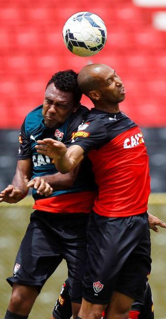 Edinei disputa jogada de bola aérea com Dinei. Ele será titular logo mais - Foto: Eduardo Martins | Ag. A TARDE