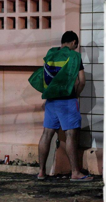 Quem for pego fazendo xixi na rua também será multado - Foto: Raul Spinassé   Ag. A TARDE   12.06.14