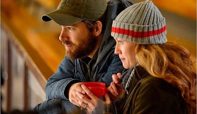 Ryan Reynolds e Mireille Enos em cena do filme - Foto: Divulgação