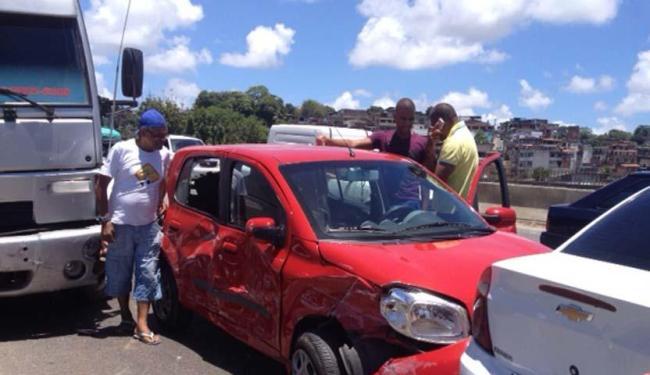 Segundo os motoristas a colisão foi causada por um caminhão da Via Bahia - Foto: Lhays Feliciano | Ag. ATARDE