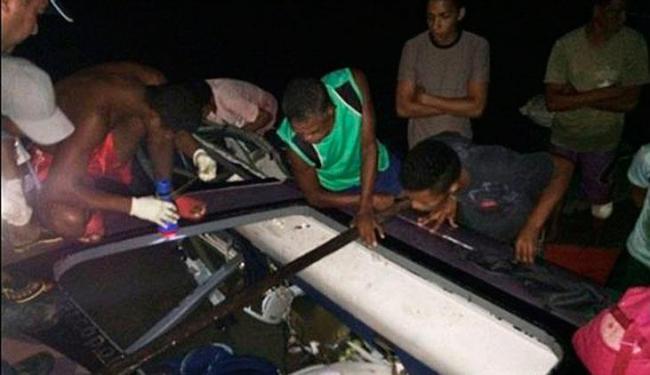 Pessoas que passavam pelo local e pescadores ajudaram a resgatar as vítimas - Foto: Reprodução | Site A Gazeta da Bahia