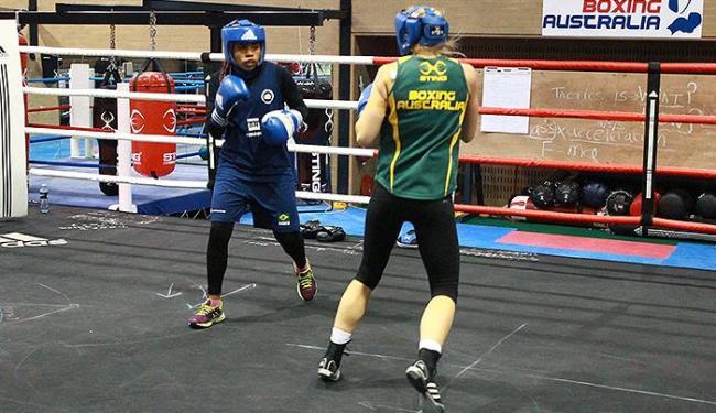 Baiana Adriana Araújo (E) treina para o Mundial - Foto: Divulgação l CBBoxe