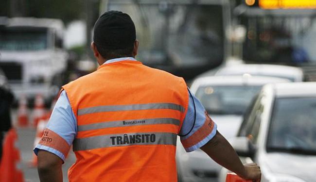 Prestadores de serviço da Transalvador pararam as atividades nesta segunda - Foto: Raul Spinassé | Ag. A TARDE | 09.02.2014