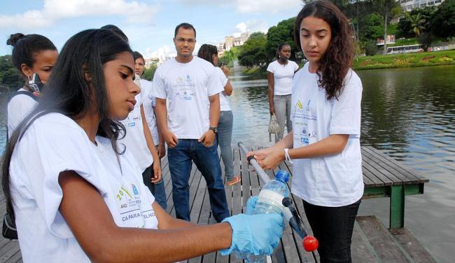 Estudantes do Colégio Aplicação Anísio Teixeira medem a qualidade da água no Dique do Tororó - Foto: Claudionor Júnior | Ascom SEC