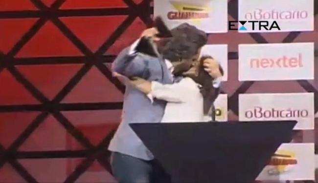 Alexandre Nero beijou humorista após receber o prêmio - Foto: Reprodução   Extra