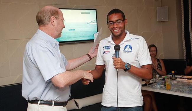 Diretor-geral de A TARDE, André Blumberg, cumprimenta o campeão mundial Allan do Carmo - Foto: Margarida Neide   Ag. A TARDE