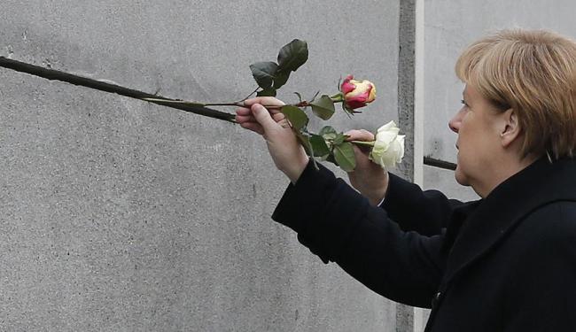 A chanceler depositou flores no memorial ao Muro de Berlim - Foto: Agência Reuters
