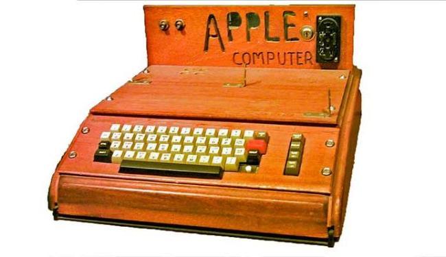 Computador foi o primeiro vendido por Steve Jobs, quando ainda vendia os produtos na garagem - Foto: Divulgação