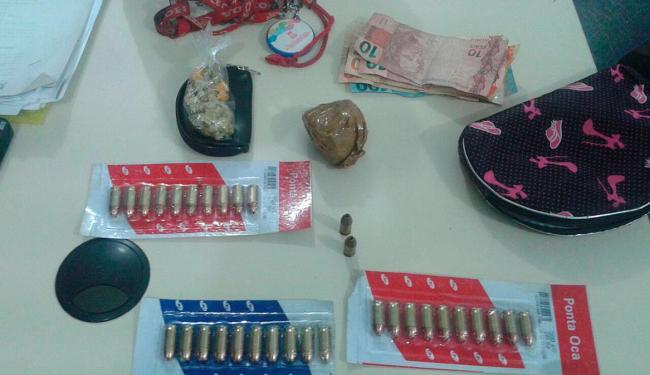 Porções de crack e munições para pistola 380 foram apreendidas com o criminoso - Foto: Divulgação | ASCOM Polícia Ciivil