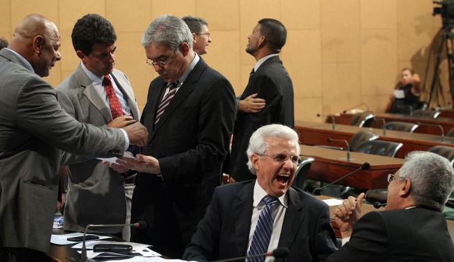 Após o líder do governo Zé Neto tentar acordo, o oposicionista Carlos Gaban solta gargalhada - Foto: Lúcio Távora   Ag. A TARDE