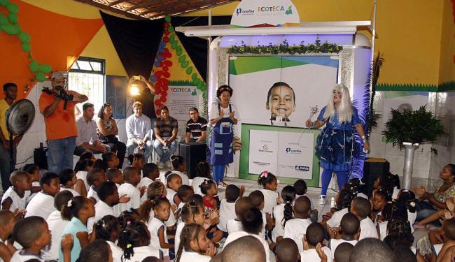 Crianças da Escola Pedro Paulo Rangel assistem a uma peça de teatro durante entrega da ecoteca - Foto: Antônio Saturnino | Divulgação | Coelba