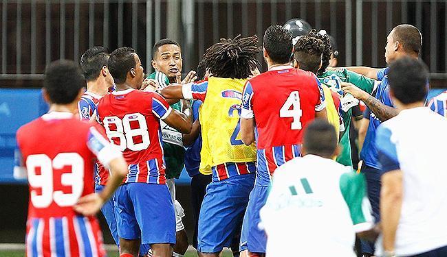 Confusão envolveu William Barbio (colete amarelo) e o palmeirense Wesley - Foto: Eduardo Martins | Ag. A TARDE