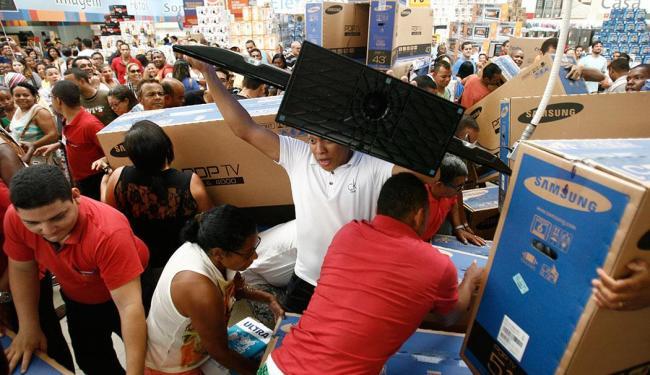 No supermercado Extra, clientes disputam televisores com descontos - Foto: Raul Spinassé | Ag. A TARDE | 28.11.2014
