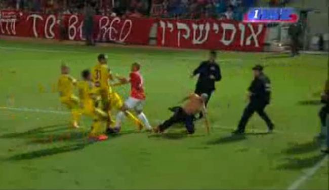 Jogo entre Hapoel Tel Aviv e Maccabi Tel Aviv teve invasão de torcedores no gramado - Foto: Reprodução