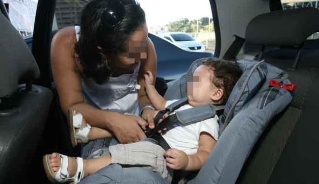 Transporte de crianças de até 7 anos deve ser feito sempre no banco de trás - Foto: Raul Spinassé | Ag. A TARDE