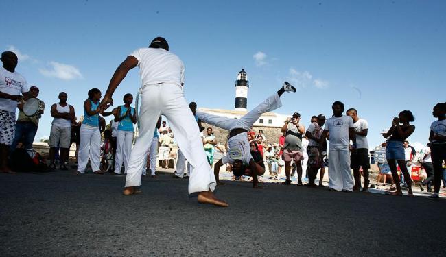 Em Salvador, capoeiristas se apresentam no Farol da Bahia - Foto: Marco Aurélio Martins | Ag. A TARDE | 26.08.2012