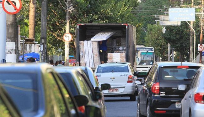 Independentemente de haver fiscalização, são comuns os transtornos provocados por caminhões - Foto: Joá Souza   Ag. A TARDE   4.12.2013