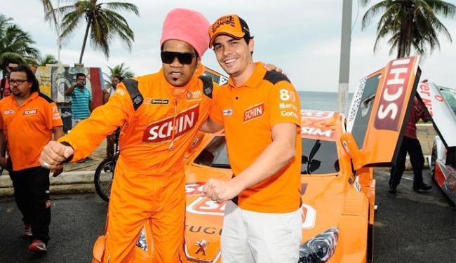 Cantor Carlinhos Brown acompanhou o piloto Marcos Gomes no carro - Foto: Duda Bairros   Vicar