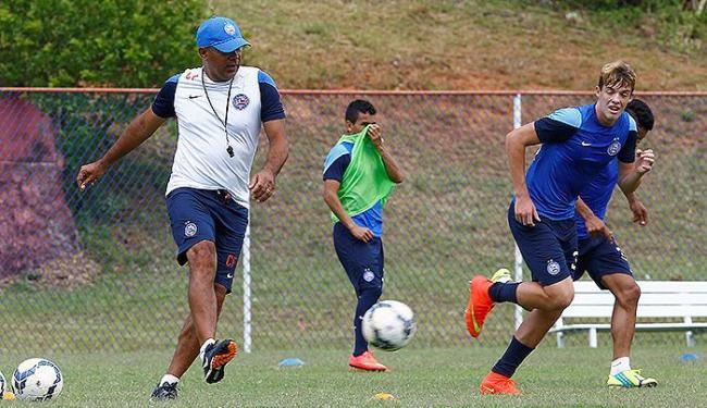 O volante Bruno Paulista é uma das maiores apostas do treinador Charles (E) para o futuro do Bahia - Foto: Eduardo Martins | Ag. A TARDE