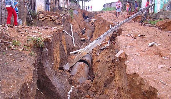 Em Barra do Choça, pista cedeu, estourou tubulação de esgoto, derrubou postes e casas podem desabar - Foto: Blog do Jorge Amorim