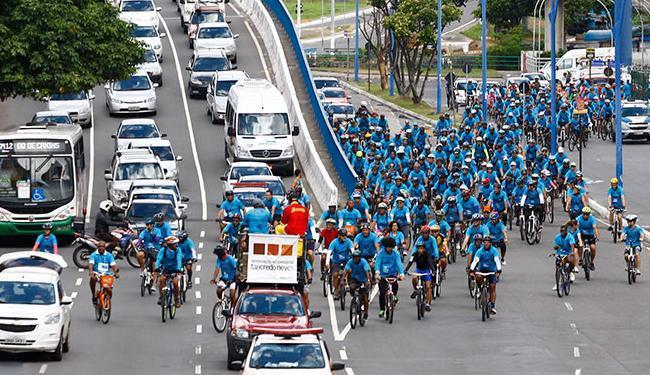 Grupo desfilou pela avenida Tancredo Neves e vias da Pituba e Amaralina - Foto: Fernando Vivas | Ag. A TARDE | 23.11.2014