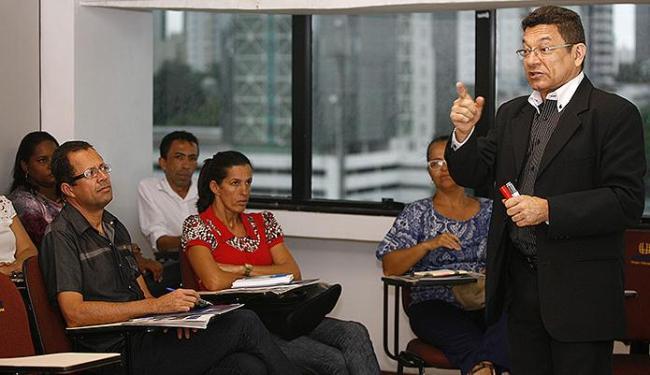 Para o especialista em educação Clairton Quintela, o jornal deve ser utilizado em aula - Foto: Luciano da Matta | Ag. A TARDE