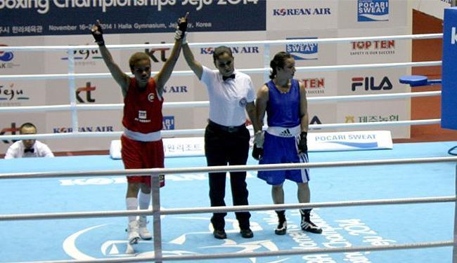 A pugilista brasileira (E) derrotou a russa Saiana Sagataeva e avançou às semifinais - Foto: Divulgação l CBBoxe