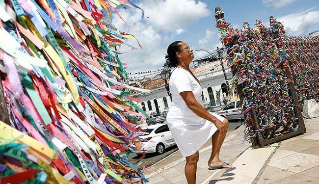 Vestida de branco, uma devota adentra o adro da basílica no alto da Colina Sagrada - Foto: Marco Aurélio Martins | Ag. A TARDE