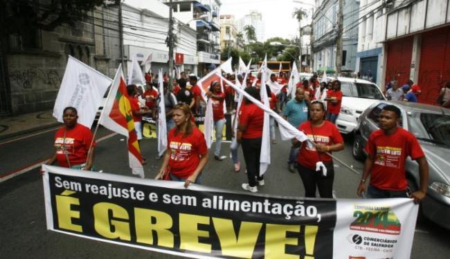 Comerciários protestaram na avenida Sete na quarta-feira, 12, por melhores condições de trabalho - Foto: Luciano da Matta | Ag. A TARDE | Data: 12/11/2014.