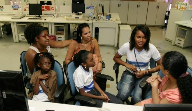 Crianças de escolas municipais participam do processo de criação do especial na redação do jornal - Foto: Iracema Chequer | Ag. A TARDE
