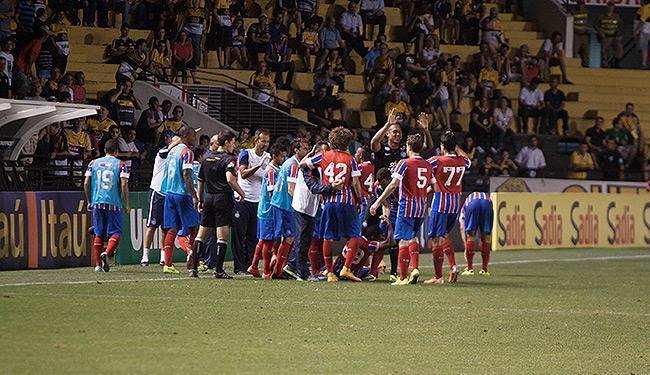 Jogadores do Bahia comemoram com Guilherme Santos, autor do gols salvador - Foto: Fernando Remor l APP l Folhapress