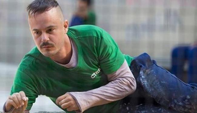 Salvador chega à galeria de leilões quando Orville está vendendo seus quadros - Foto: Reprodução | TV Globo