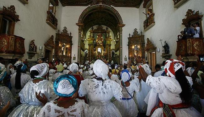 A Igreja do Rosário dos Pretos ficou lotada para o culto - Foto: Raul Spinassé | Ag. A TARDE