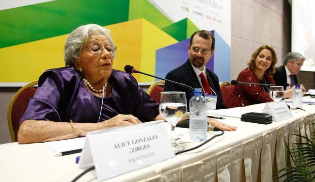 Palestrantes do evento expressaram preocupação com a nova lei sobre as licitações - Foto: Luciano da Matta | Ag. A TARDE | 26.11.2014