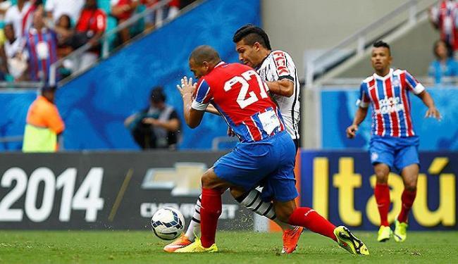 Titi disputa bola com Petros durante a partida que deu o triunfo ao Corinthians - Foto: Eduardo Martins   Ag. A TARDE