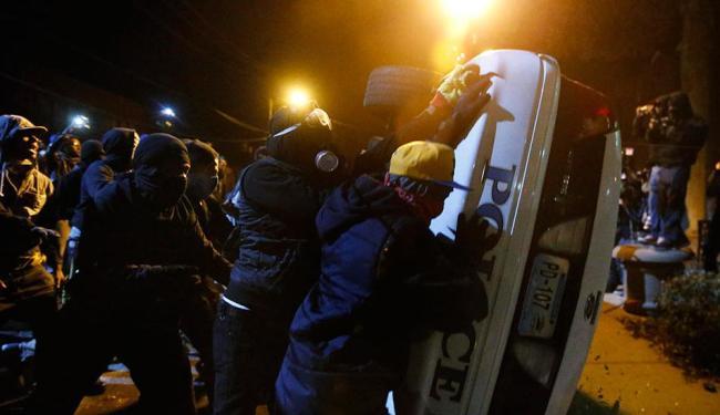 Em Oakland, um grupo de manifestantes atacou carros de polícia - Foto: Agência Reuters