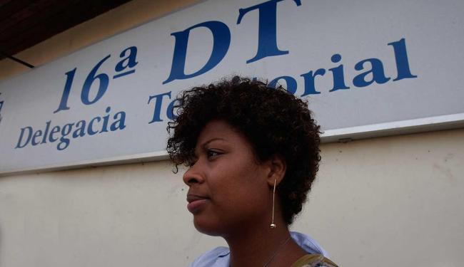 Ana Paula foi a delegacia acompanhada pelo advogado - Foto: Margarida Neide | Ag. A TARDE