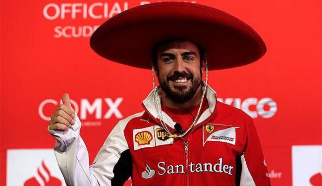 Alonso usa tradicional chapéu mexicano durante coletiva, no México - Foto: Tomas Bravo l Reuters
