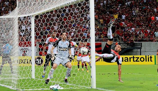 Kadu (D) tenta salvar o Leão no lance do primeiro gol do Flamengo, mas acaba marcando contra - Foto: Danilo Mello l Estadão Conteúdo